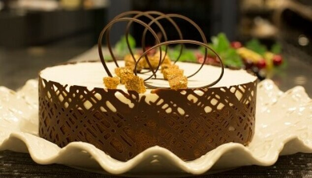 עוגה עגולה מעוטרת